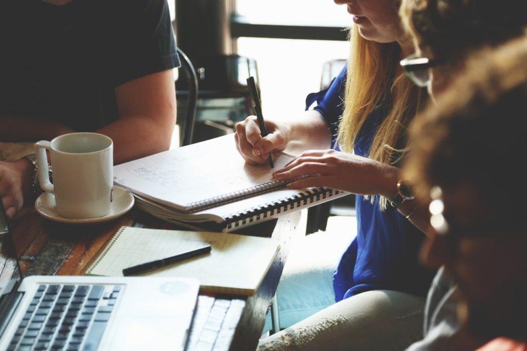 Geef een realistische planning af aan het communicatiebureau